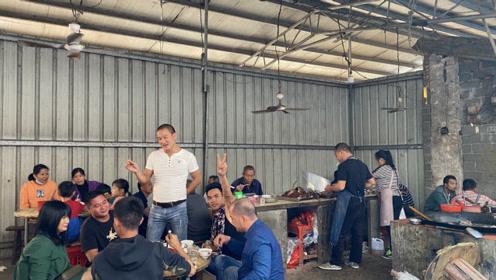 玉林农村大集100多人喝早酒吃水锅脆皮狗肉,早上7点多开喝,惬意