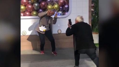 老爷爷下蹲20分钟给奶奶拍照 网友:这也太暖了!