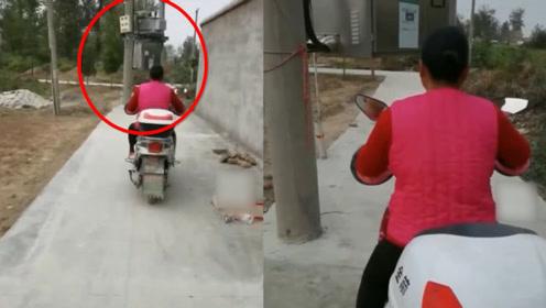 网曝乡村道路修在电线杆上,村民骑电动车无法通过!网友:这是自带限高!