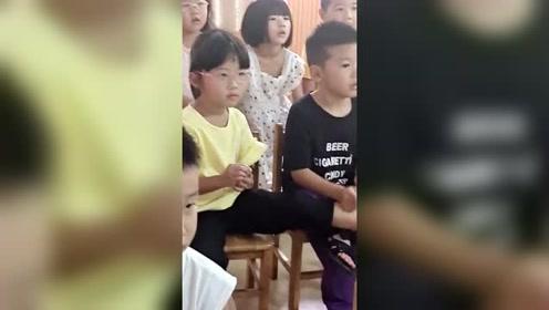 老师传来儿子上课的视频,眼前的一幕,不用担心长大找不到老婆了