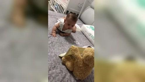 她爸爸给买的躲猫猫熊,给吓一激灵