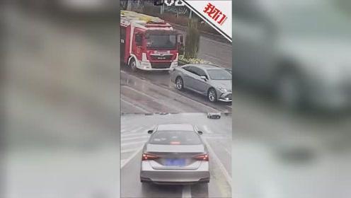 消防车紧急救援途中鸣笛亮灯一分钟 私家车驾驶员拒不让行被罚