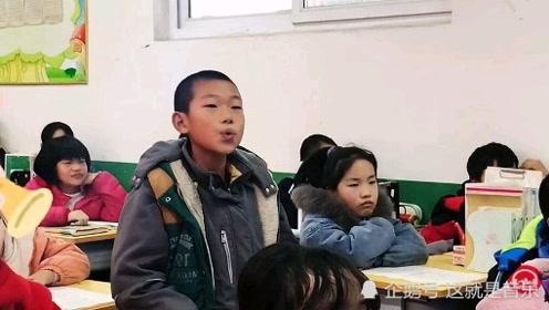 小学生课堂演唱《游山恋》惊艳全场,纯净的戏腔太有感染力了!