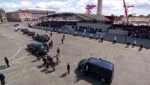 特朗普和老婆结束法国游,车队浩浩荡荡离开巴黎,这阵容也是相当霸气