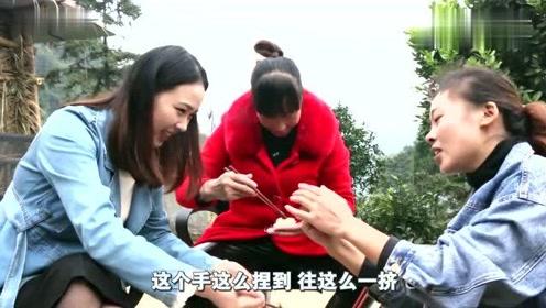 秋妹和爸妈、姐姐回老家,一家人在一起烤山羊、包饺子,吃得开心