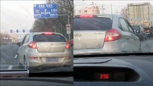 小车行驶途中遇路怒遭疯狂别车,副驾驶一番话亮了,网友大赞