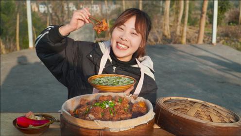 秋妹今天吃粉蒸排骨,配上鼎罐熬的冬寒菜稀饭,香糯入味真过瘾