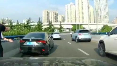 监控实拍:雷克萨斯加塞不成,就疯狂别车报复,谁料被视频车一脚油门撞飞