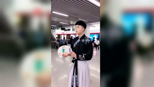 地铁偶遇汉服小哥哥,不料扇子打开后,结果搞笑了!