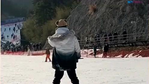女生记录男友滑雪,却眼睁睁地看着一陌生女孩,依偎在男友身边滑行!