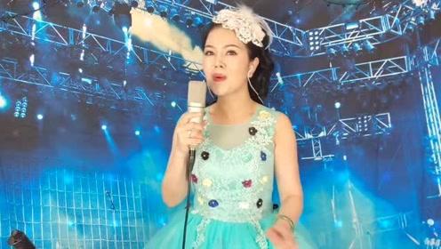 美女艺人现场自拍演唱《送亲》优美深情,婉转动听