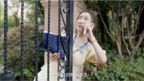 【卡住】的尴尬场面:美女被门夹住还不忘自拍