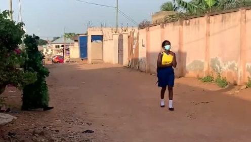 非洲恶搞:墙角边忽然窜出植物人,路人吓得纷
