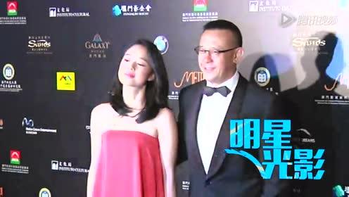 姜文携妻出席澳门电影展 周韵抹胸长裙没人扶_明星光影