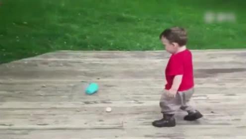 小萌宝超有耐心的在捡球,结果边捡边掉,好气