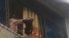 女子与丈夫吵架将孩子拎出3楼窗外 幼童摇摇欲坠
