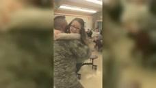 当兵的爸爸突然来学校看望女儿,接下来小情人的反应好暖心