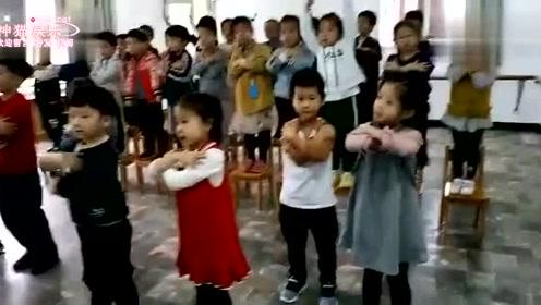 美女老师带领小朋友唱歌跳舞,好可爱呀!
