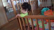 调皮宝宝在床上摇晃,不小心撞到了栏杆,疼得