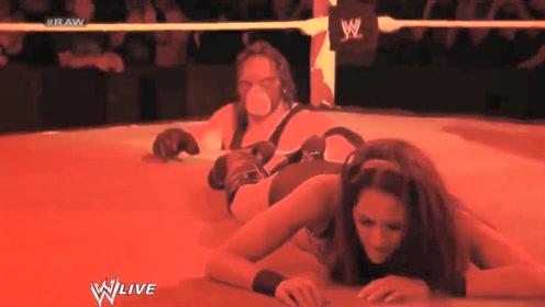 """WWE""""红魔""""凯恩从擂台底下钻出,欲将美女拖入擂台地下,太恐怖了"""