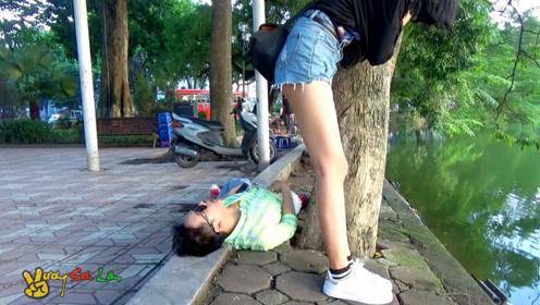 放屁搞笑,越南街拍恶作剧,有趣的恶搞视频