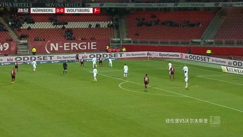 纽伦堡VS沃尔夫斯堡:白队右边路传球,撞到对方出界