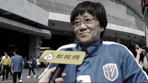 追随26年!申花61岁球迷张阿姨逝世,病中坐轮椅也要助威