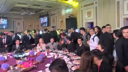 汪峰在澳门参加太阳城周年庆!一动不动像蜡像!