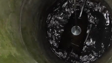 小伙脑洞大开用钕磁铁打捞,在古井中发现奇怪物品?收破烂新方式