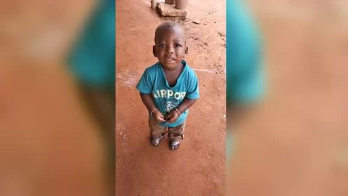 非洲小孩妈妈跑了,但他认错人问我要,他妈真