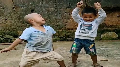 农村孩子跳舞,本以为遇到了王者,音乐一响我