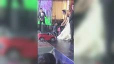 实力抢镜!4岁男孩骑童车给新婚姐姐送戒指,一个失误操作瞬间笑翻全场