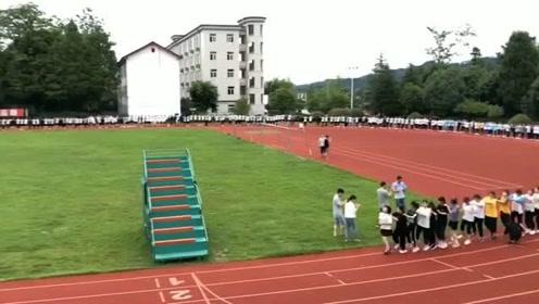 高考前最后的放松,师生集体跳兔子舞轻松一下
