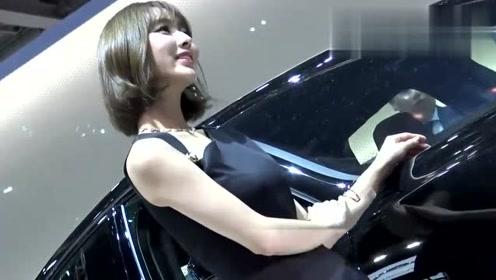 车展上的清纯美少女,短发真可爱,关键是笑容迷人