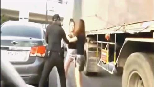 两美女在行驶的道路上,大大出手,就连交警都无能为力