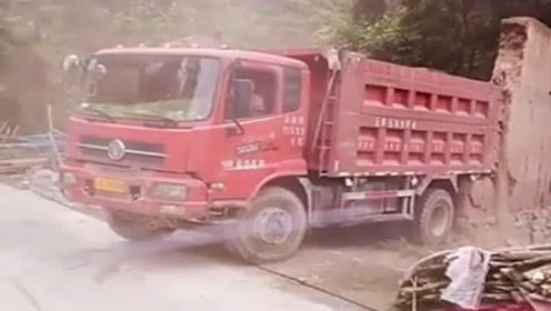 为了掉个头,货车司机把人家的墙都拆了,驾照咋学的!