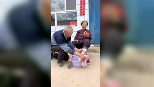 恶搞:爷爷一会**看了视频,又要收拾你了自求多福吧洗脚