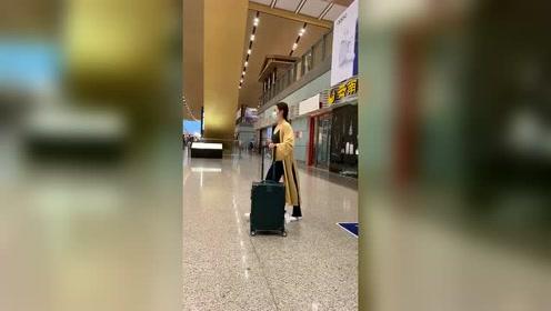 美女在机场秀柔韧度,接下来的这一画面,太搞