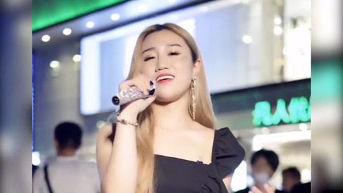 颜值妹子深夜街头演唱《爱的世界只有你》,不止一点点好听