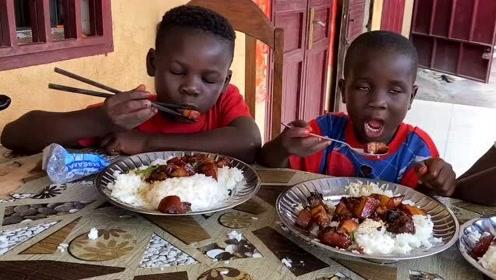 黑孩子第一次吃红烧肉,中国传统美食就是香,看来中餐也走出国门了