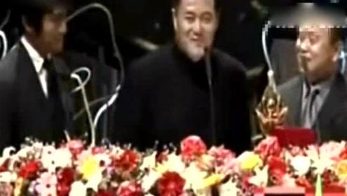 周星驰、赵本山为潘长江颁奖,三大笑星太能搞事了,珍藏视频