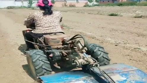 农村老司机拖拉机巧改耕地神器,大妈也能操作,真实用!