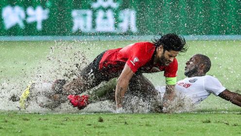 中超第3轮:青岛黄海1-2上海上港 雨中激斗战到最后,上港险胜黄海。