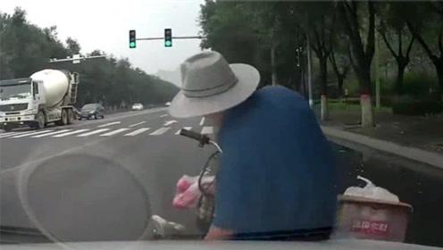 满载而归的大爷突然刹车,给视频车来个措手不及,上演惊险的一幕