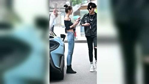 美女们后面停的是豪车,帅哥却拒绝了她们的搭