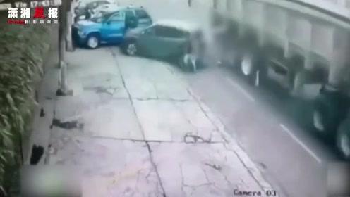 悲剧!一流浪乐队成员在马路边被两辆车袭击时死亡
