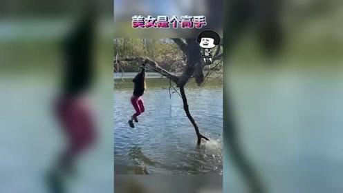美女悬挂在河中央练习双脚蹬,结果太让人意外了