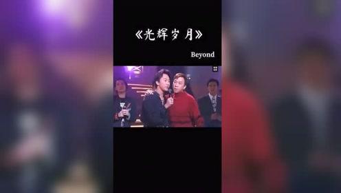 最近很多人恶搞这段视频发一段原版的*eyond 粤语经典