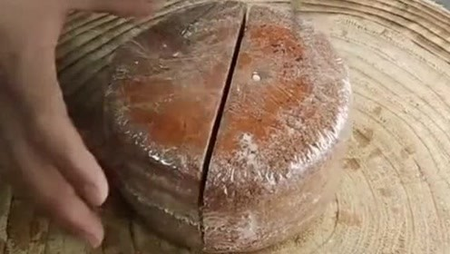 老婆喜欢吃的提拉米苏,厨师用四刀切成8块,站在旁边看着流口水!