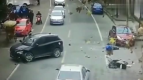监控:五菱车鸣笛警示,视频车女司机继续变道,结果被狠狠教训